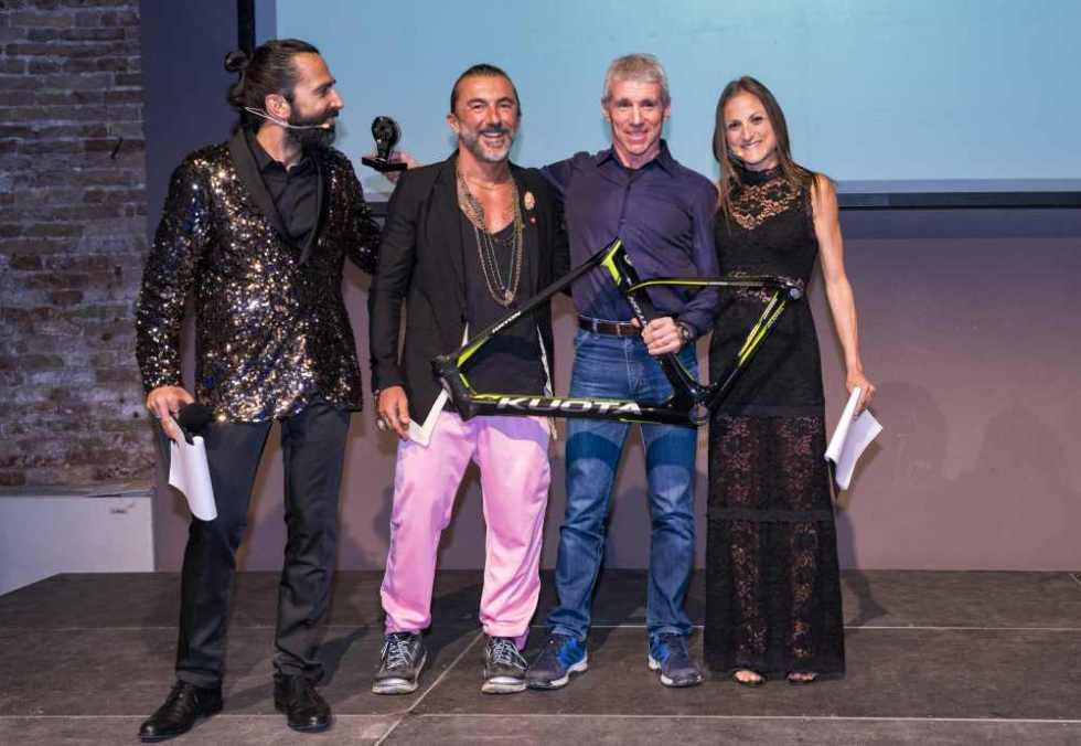 """""""Personaggio dell'Anno"""" è Danilo Palmucci, premiato da Yuri Scarpellini, titolare del brand Happiness (Foto ©FCZ.it Mondo Triathlon / Roberto Del Bianco)."""