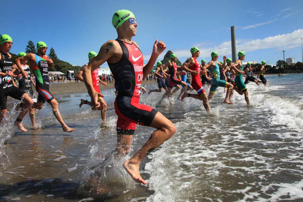 La partenza della gara maschile all'ITU Triathlon World Cup, a New Plymouth (Foto ©Jo Caird).