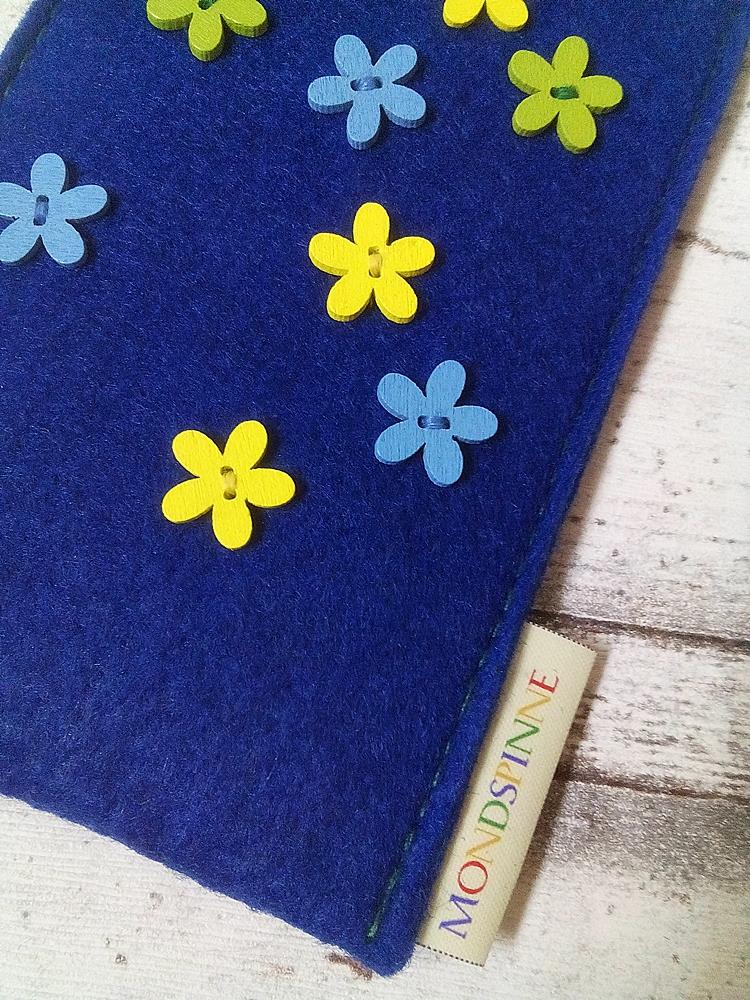"""Handyhülle Filzetui """"Gänseblümchen"""" (blau-gelb), aus Filz - von MONDSPINNE"""