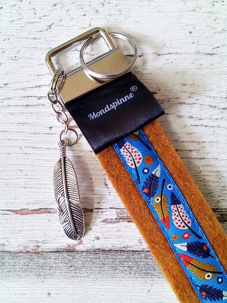 """Schlüsselband """"Federn"""" mit Charm-Anhänger (rostbraun) von MONDSPINNE"""