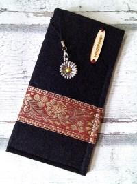 """Brillenetui """"Blüten"""" (schwarz-terrakotta-gold) aus Filz mit Charm - Mondspinne"""