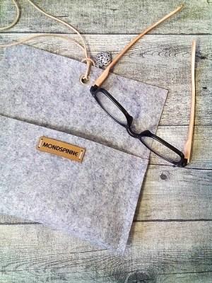 """Brillentasche Brillenetui Filztasche """"Herz"""" (hellgraumeliert), aus Wollfilz & Leder - MONDSPINNE"""