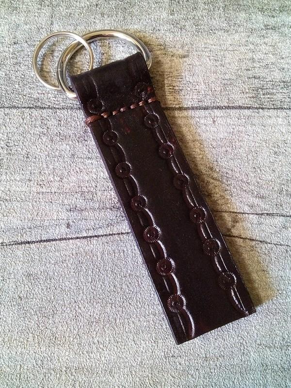 """Schlüsselanhänger """"Rustikal"""" (dunkelbraun) mit breitem Zierrand aus vetetabil gegerbtem Rindsleder - MONDSPINNE"""