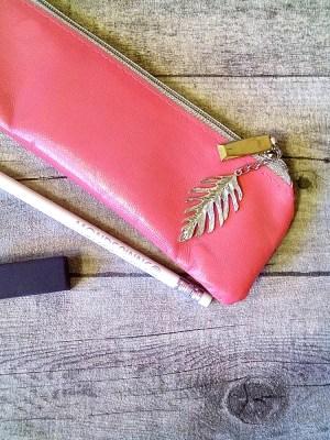 """Stiftemäppchen Federmäppchen """"Feder"""" (pink-silber) mit Charm-Anhänger, aus Ziegenleder - MONDSPINNE"""