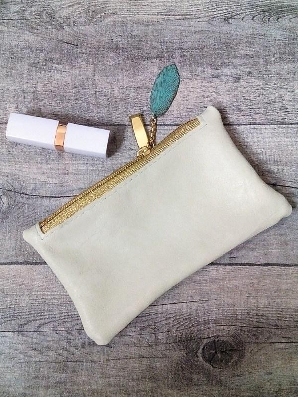 """Kosmetiktasche """"Blatt"""" (pastellgrün greenery gold) mit Charm-Anhänger, aus Ziegenleder - MONDSPINNE"""
