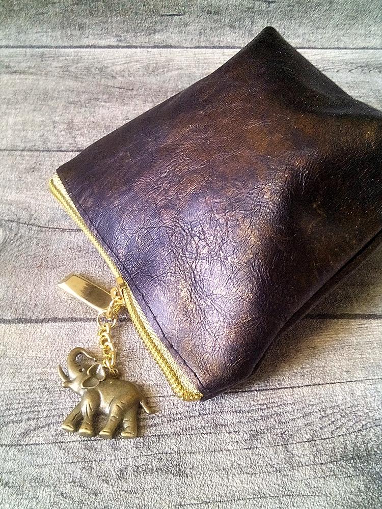 Kosmetiktasche Glamour mit Boden groß braun-gold mit Charm-Anhänger Elefant aus Ziegenleder - MONDSPINNE
