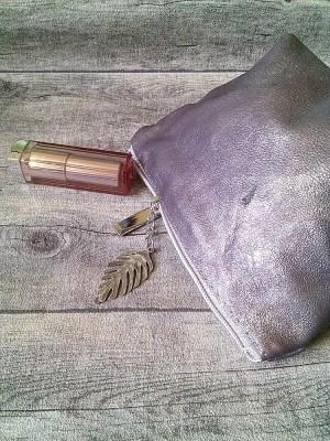 Kosmetiktasche Glamour mit Boden hellbraun-silber mit Charm-Anhänger Feder aus Ziegenleder - MONDSPINNE