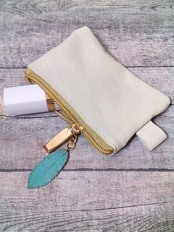 """Kosmetiktasche """"Glamour"""" klein pastellgrün-gold mit Charm Blatt aus Ziegenleder - MONDSPINNE"""