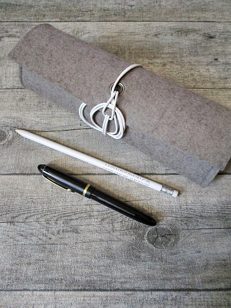 Stifterolle Erdnatter grau weiß Wollfilz Büffelkalbsleder - MONDSPINNE