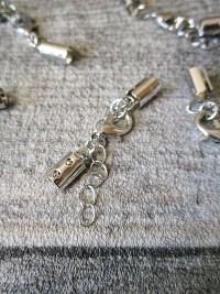Karabiner mit Endkappen offen Messing bis 4mm Schnur mit Verlängerungskettchen versilbert Nr. 101702 20 Stk. Artikelnr. 101702 - MONDSPINNE
