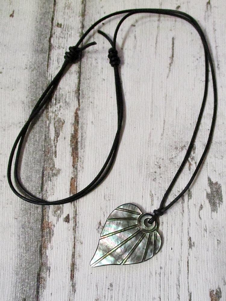 Kette Herz Perlmutt weiß braun bunt 42x33x3 mm Lochgröße 4 mm schwarzes Lederband - MONDSPINNE