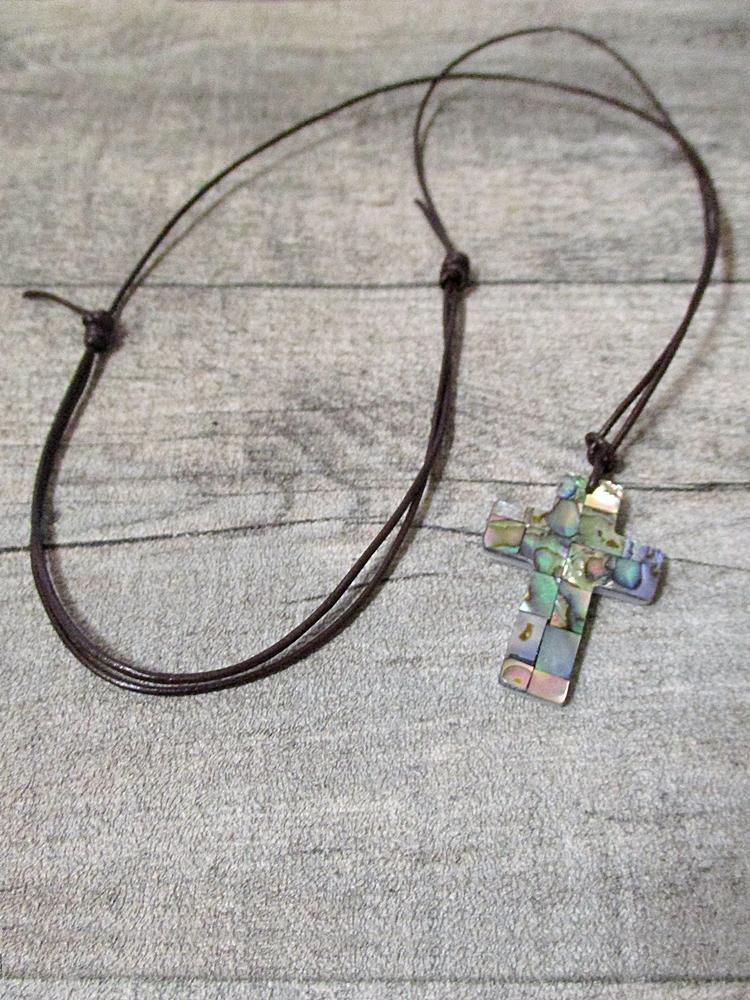 Kette Kreuz bunt Perlmutt 33x22 mm mit braunem Lederband - MONDSPINNE