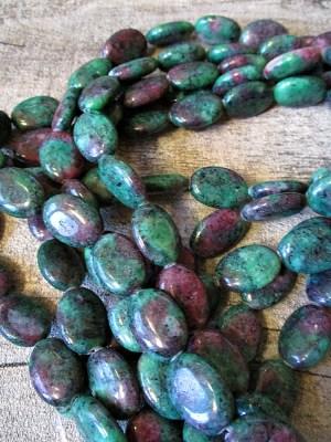 Rubin-Zoisitperlen synthetisch flach oval grün-violett 18x13x6 mm - MONDSPINNE