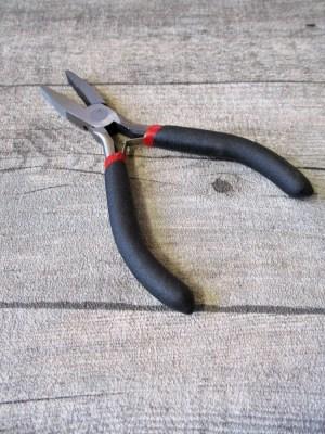 Schmuckzange Flachzange schwarz metallgrau gehärteter Karbonstahl Griff ummantelt Softgriff 125 mm - MONDSPINNE