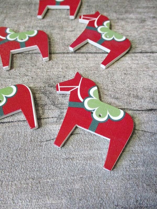 Holzknopf Holz Knopf Pferd rot grün weiß 49x47x3 mm - MONDSPINNE