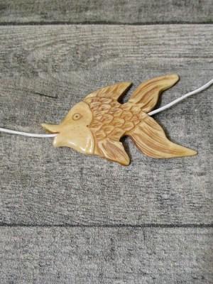 Anhänger Fisch Knochen natur elfenbein handgeschnitzt 66x41,5x7,5 mm, Bohrung 2 mm - MONDSPINNE