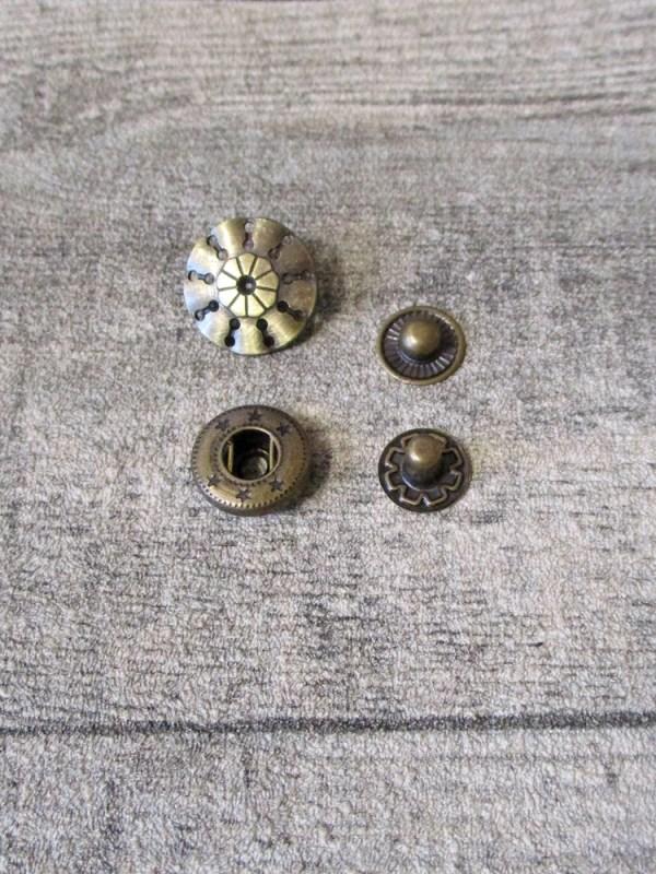 Druckknopf Metall altmessing rund Schild perforiert Steampunk 17 mm - MONDSPINNE