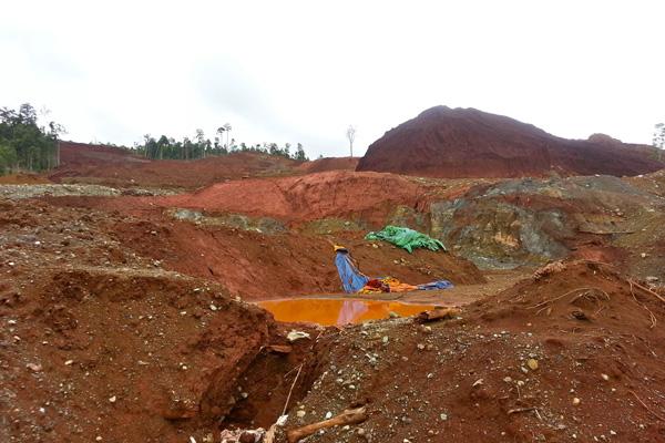 Setelah izin massif diberikan, tambang-tambang nikel marak beroperasi. Bahkan, di tepi jalan raya dan dekat pemukiman, izin bisa keluar. Foto: Sapariah Saturi