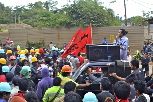 Aksi mogok protes PHK ratusan buruh Bintang Delapan, yang berujung penyerangan. Hingga kini, buruh terus berlanjut. Foto: Masdar