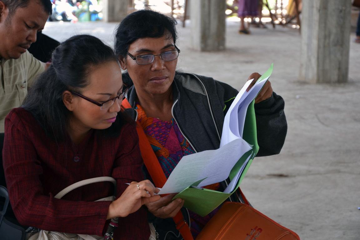 Istri Fransiskus, Dina Mariana Juati (berjaket abu-abu) berbincang dengan kuasa hukum suaminya sebelum persidangan berlangsung. Foto: Yusrizal