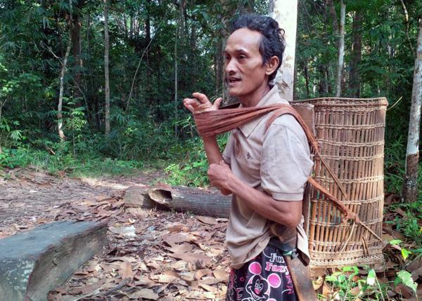 Paulus Gadis (52), warga Desa Petebang Jaya sesaat sebelum melaksanakan aktivitasnya sebagai petani. Foto: Andi Fachrizal