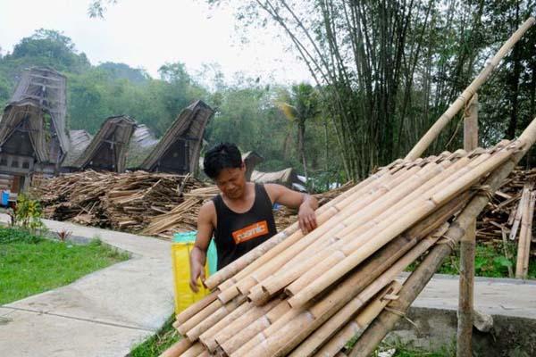 Bambu dari hutan adat, yang diambil buat berbagai keperluan. Namun hutan terus terjaga karena mereka sudah mengatur tata cara pemanfaatan di dalam hutan adat. Foto: Eko Rusdianto