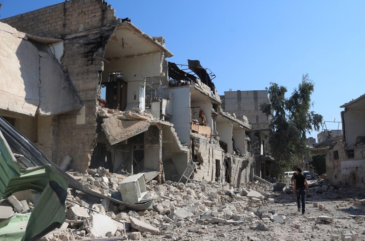 Un hombre comprueba el estado de los edificios y la destrucción tras el bombardeo d ela zona con barriles-bomba por parte del régimen de Al Asad