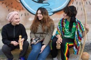 Las practicantes de capoeira Daniah y Kasandra se reúnen con Yara Hindawi tras su actuación.
