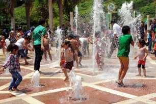 El Cairo, Egipto: Niños se refrescan en las fuentes ante el gran aumento de las temperaturas de los últimos días.