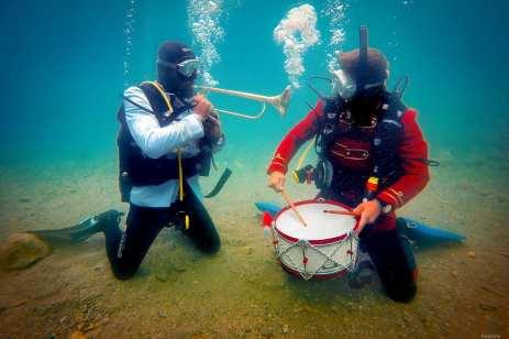Edirne, Turquía: Músicos tocan sus instrumentos 15 metros debajo del agua.