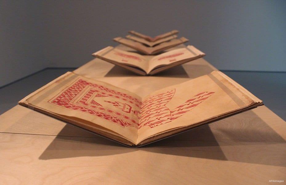 """DOHA, QATAR: El Mathaf Museum de Arte Contemporáneo muestra piezas de su exposición """"Rojo sobre Rojo""""."""