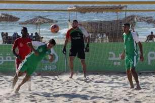 GAZA, PALESTINA: Competición futbolística durante el Torneo Internacional de Fútbol-Playa en la costa mediterránea de Gaza