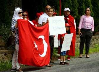 20160717-Turks-Protest-Against-Gulen-001