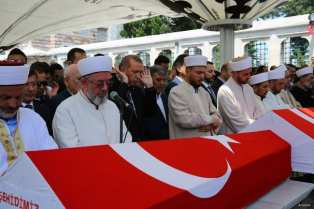 20160717_Erdogan-attends-Funeral-of-democracy-martyrs-in-Istanbul-09