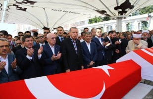 20160717_Erdogan-attends-Funeral-of-democracy-martyrs-in-Istanbul-13