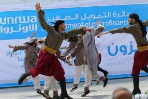 GAZA, PALESTINA: Jóvenes bailan Dabke y danzas folclóricas durante una exhibición en la ciudad de Gaza
