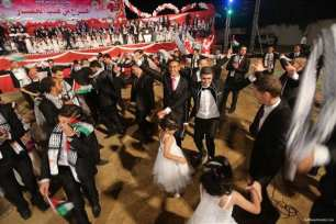 Mass-wedding-takes-place-in-Gaza-with-traditional-Palestinian-dance-called-Dabkeh09