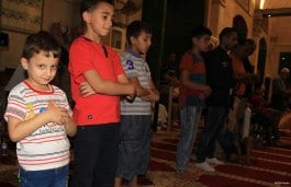 """JERUSALÉN ESTE: Un grupo de niños reza el """"tarawih"""" enfrente d ela cúpula de la roca en la mezquita de Al-Aqsa."""