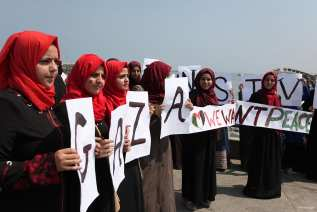 GAZA, PALESTINA: Chicas palestinas se manifiestan en recuerdo del segundo aniversrio de la agresión israelí de 2014, que duró 50 días