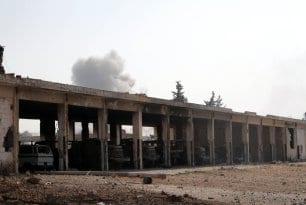 """Miembros del grupo opositor sirio Yaish al-Fath (""""El ejército de la conquista"""") toman medidas de seguridad en la retaguardia después de apoderarse de artillería del régimen de Bashar al-Assad en Alepo, Siria, el 6 de agosto de 2016"""