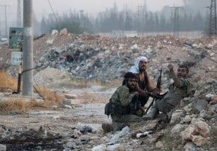 """Miembros del grupo opositor sirio Yeish al-Fath ¨(""""El Ejército de la Conquista"""") se preparan para combatir contra las tropas del ejército del régimen, ubicadas en la Escuela Militar de Artillería del Ejército Sirio y la Acaemia Militar de Ramuseh, en Alepo. Imágenes del 2 de agosto de 2016."""