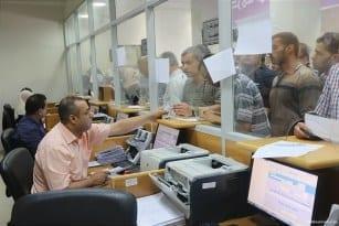 Qatari-grant-pays-Gaza-employees-their-salaries-at-Palestinian-post-05