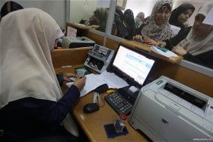 Qatari-grant-pays-Gaza-employees-their-salaries-at-Palestinian-post-07