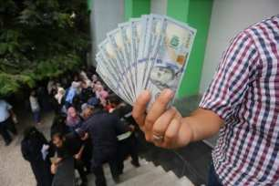 Qatari-grant-pays-Gaza-employees-their-salaries-at-Palestinian-post-12