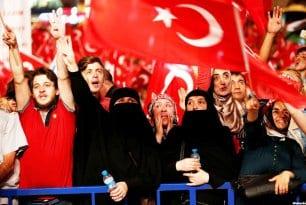 Por primera vez, los principales partidos políticos de Turquía se unieron en una manifestación en favor de la democracia el 8 de agosto 2016