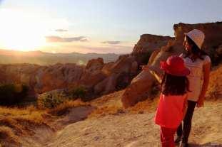 CAPADOCIA, TURQUÍA: Los visitantes se reúnen para contemplar el atardecer en Capadocia.