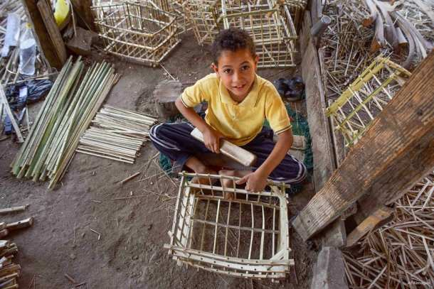 EL CAIRO, EGIPTO: Los egipcios utilizan el trenzado de paja tradicional para fabricar sus productos en los talleres artesanos.