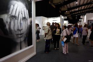 BEIRUT, LÍBANO: Los asistentes se empapan en arte en la Feria de Arte de Beirut.