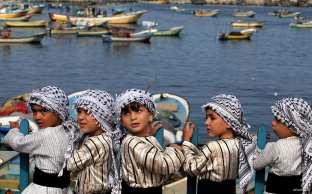 GAZA, PALESTINA: Niños palestinos participan en una marcha en apoyo a la flotilla de activistas internacionales que tratan de romper el bloqueo.