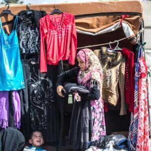 Jarabulus, Siria - 3 DE OCTUBRE: sirios que han regresado a la ciudad siria de Jarabulus, tras la expulsión de militantes Daesh como parte de la Operación Escudo Éufrates, se ven en el bazar y la granja, el 3 de octubre de 2016. La operación anti-Daesh llamado Escudo Eúfrates fue lanzada el 24 de agosto y tiene como objetivo mejorar la seguridad, el apoyo a las fuerzas de coalición, el apoyo a la integridad territorial de Siria y la eliminación de la amenaza terrorista en la frontera de Turquía a través de los combatientes del Ejército sirio Libre (FSA), provistos de armaduras de Turquía, artillería y aviones. (Halil Fidan - Agencia Anadolu)